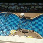 foto van het zwembad vanaf onze kamer op de hoogste verdienping