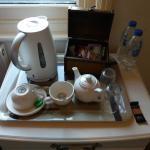 Te, café, galletitas y agua para los huéspedes