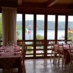 sala interna con vista sul lago