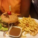 Burger, frites sauce  Burger, frites sauce aux poivres, virgin mojito en dessert une mousse au c