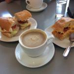 Desayuno abulense: café y dos pinchos-tapas-aperitivos.