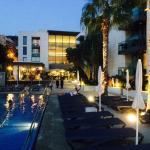 Zwembad met op de achtergrond het restaurant en de lounge.