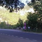 Le camping traversé par la route