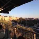 foto desde el cafe aroma , frente a las murallas de la ciudad vieja de jerusalem