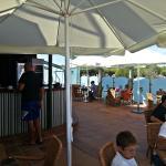 Cafetería en la terraza al lado de la piscina