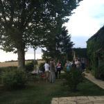 Menue im Garten mit allen Gästen des Hauses