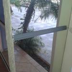 Specchi tenuti insieme dal nastro isolante vicino alla piscina