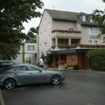 Unser Daimler vor dem Hotel