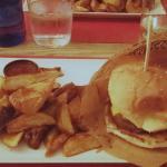Recomendable hamburguesa La Puchi, con queso americano, bacon y champiñones en su salsa.