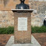 El busto se ubica a un costado de la Puerta.