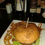 Hamburguesa con blue cheese y papas fritas