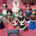 Figuras de Frida Kahlo en barro