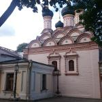 Вид на храм с дальнего конца внутреннего двора за колокольней