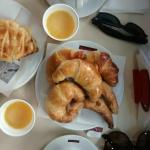 Medialunas gostosas, excelente café e suco de laranja forte