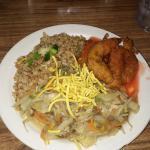 Camarão agridoce, arroz frito e frango chopsuey