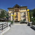 The hotel is easily accessed from the road and on foot from the Bus Station is only a couple of