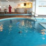 La piscina interna con bar bordo vasca