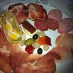 salumi buoni, sottaceti e olive stantii