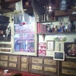 Des tiroirs au mur, original, en rapport avec les légendes, je pense...
