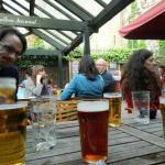 Ricas cervezas en el patio
