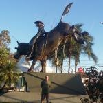 uma das varias esculturas sobre rodeios no parque