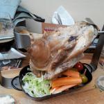Свиное колено, запеченное в черном пиве, с овощами