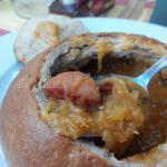 Суп из квашенной капусты с колбаской в домашнем каравае хлеба