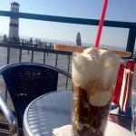 Der Eiskaffee mit Aussicht schmeckt gleich noch besser