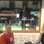 Leuke winkel met pralines en ijs en Belgische dranken