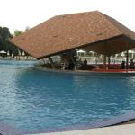 La barra que comunica con la piscina del hotel