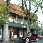 What Cheer Saloon & Restaurant is part of the City Hotel, Columbia SHP