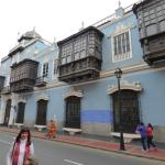 Cinco balcones de madera tallada