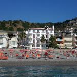 Vista diurrna dell'hotel dal mare