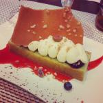 Cake à la pistache, crème vanille et coulis de fraise