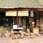 Várias lojas com souveniers espalhadas