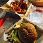 Heerlijke hamburger en de beste uienringen ooit!