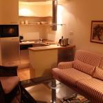 Küche mit Kühlschrank, Geschirrspüler und Kaffeemaschine