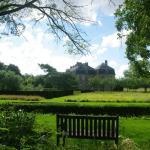 Vue sur le Château de Pange du jardin