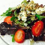 Mezclum de lechugas, queso azul, fresa y vinagreta con semillas