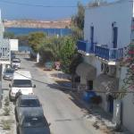 vue de la petite terrasse de l'hotel : mer au bout de la rue  / 150 m.