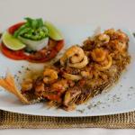 Delicioso Pargo Rojo en salsa marinera acompañado de arroz de coco y enlazada fresca de vegetale