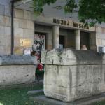 박물관 앞에 있는 석조물