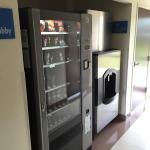 Hay maquina con diferentes productos para comer y de higiene personal
