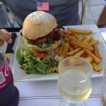 Très bon repas à ce restaurant que je ne connaissais pas du tout ici . de très bons burgers fait