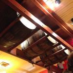 Detalhe da decoração do teto, com barris