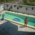 Minha esposa na piscina do hotel