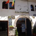 Vista frontal de la entrada del hotel