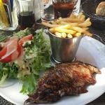 Excellent repas sur terrasse ombragée,  proche de la route (domage). Accueil correct et service