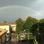 Arcobaleno e vista della corte dalla camera Ottobre dell'Hotel Minuetto