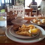 Tacos de gallo (sin espinas), pimiento relleno de gamba y papas arrugadas